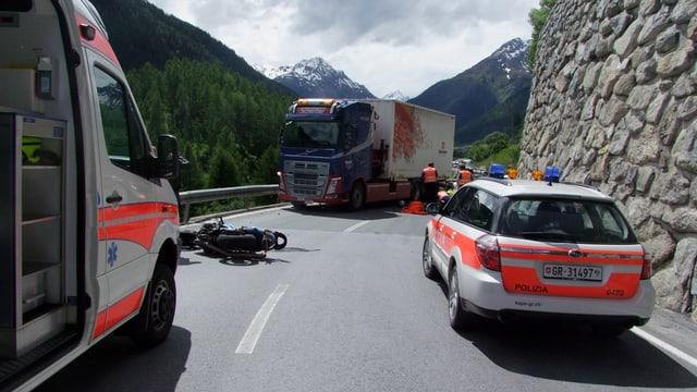 In auto da polizia, in'ambulanza, il camiun ed il töff al lieu da l'accident.