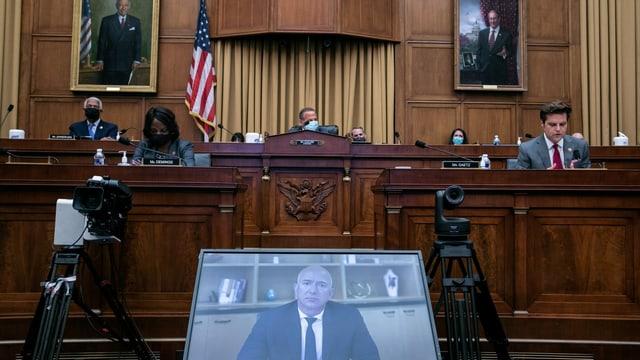 Bildschirm vor dem Ausschuss.