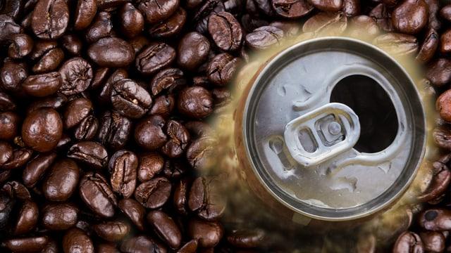 Eine offene Getränkedose inmitten von Kaffeebohnen