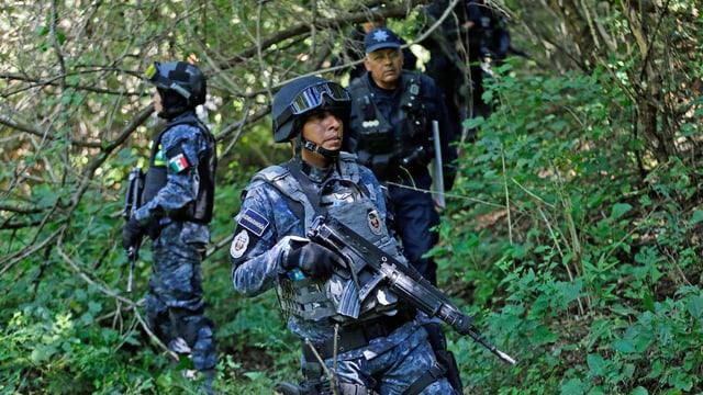 Bewaffnete Polizisten im Wald