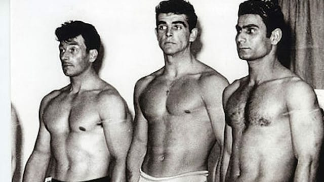 Drei junge, männliche Bodybuilder im Jahr 1953