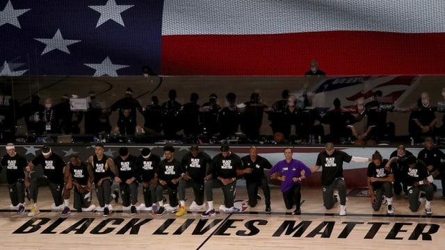 Die Spieler der Los Angeles Lakers knien, während die Nationalhymne gespielt wird.
