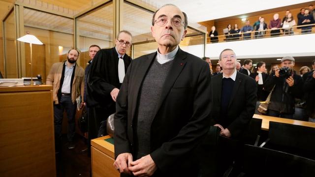 Der Bischof mit Brille im Gerichtssaal.