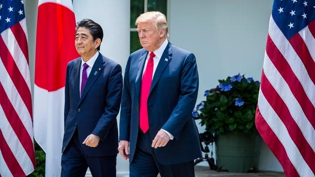 Donald Trump und Shinzo Abe vor dem Weissen Haus.