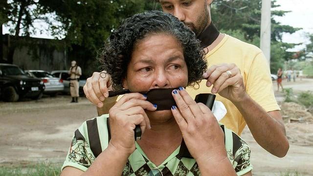 Einer Frau wird der Mund zugeklebt
