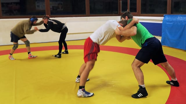 Zwei Ringer, die sich bekämpfen.