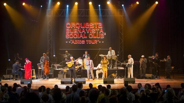 Das Ensemble des «Buena Vista Social Club» performt auf einer Konzertbühne.