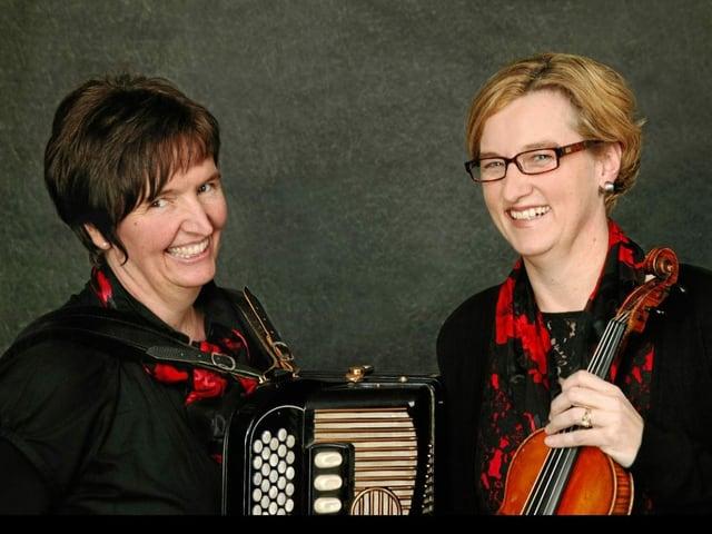 Musikerinnen mit Akkordeon und Geige.