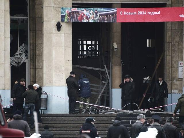 Einsatzkräfte vor dem Eingang des Bahnhofs
