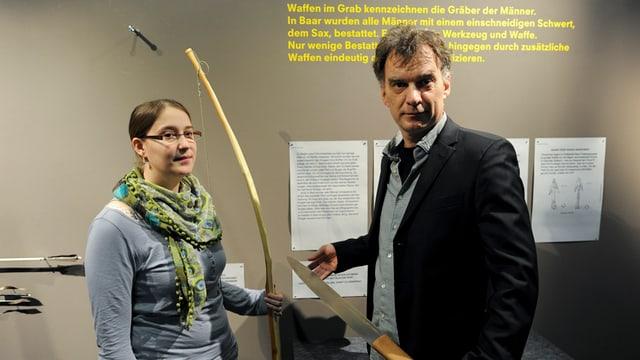 Projektleiterin Ursula Steinhauser und Museumsleiter Ulrich Eberli mit nachgebauten Fundgegenständen.