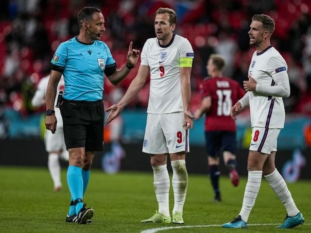England-Captain Harry Kane und Jordan Henderson beim Schiedsrichter.