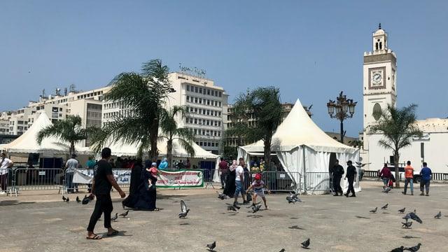 Personen auf einen Platz in Algier.