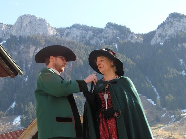 Der Präsident der Hirsmändig-Gesellschaft, Gregor Schnider, nimmt der Flühler Gemeindepräsidentin Sabine Wermelinger den Schlüssel der Gemeindeverwaltung ab.