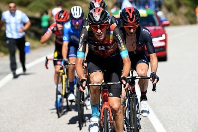 Gino Mäder an der Spitze einer Fahrergruppe.