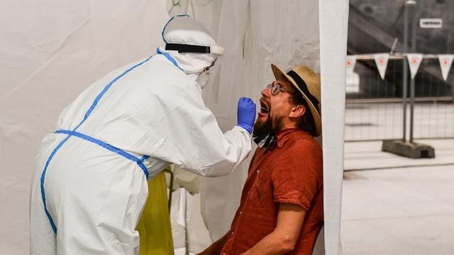 Ein Mann wird in einer Teststation getestet.