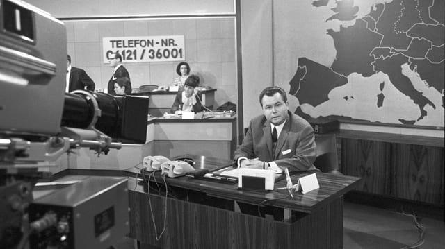 Archivaufnahme von Eduard Zimmermann im Sendestudio am 20.Oktober 1967.