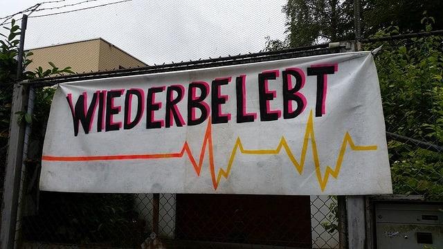 Ein Plakat auf dem steht «Wiederbelebt»
