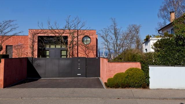 Blick auf ein Einfamilienhaus im Basler Bruderholz-Quartier