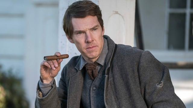 Benedict Cumberbatch raucht beim Dreh von «The Current War» eine Zigarre.
