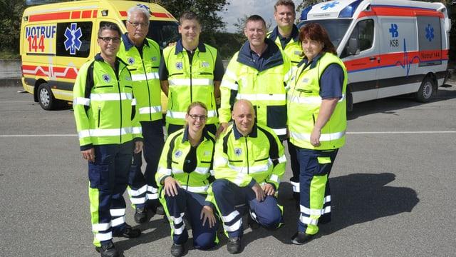Die Sanitäter und Sanitäterinne der Spitäler Aarau und Baden mit den neuen Uniformen in blau-lemon.