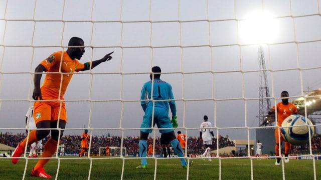 Seydou Doumbia (l.) freut sich über den Treffer zum 1:1.