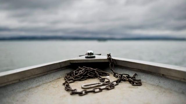 Der Bug eines Bootes auf dem Bodensee.