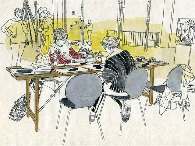 Zwei Frauen sitzen an einem Tisch, zeichnend.