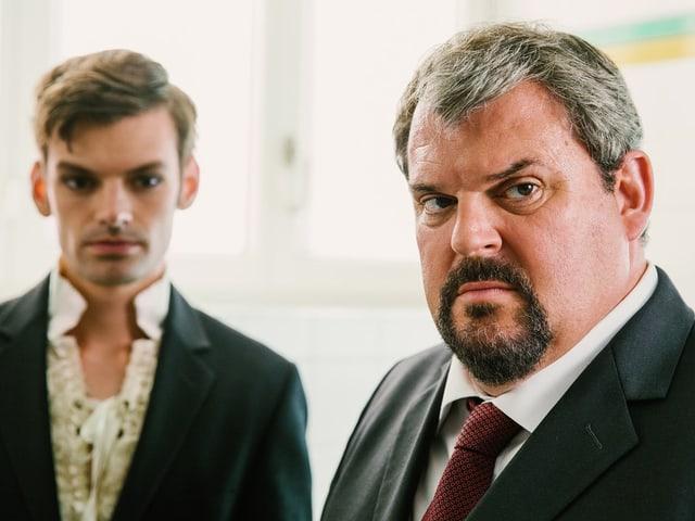 Mike Müller als Bestatter Luc Conrad mit seinem Gehilfen