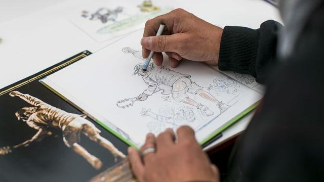 Nahaufnahme einer Hand, die zeichnet.