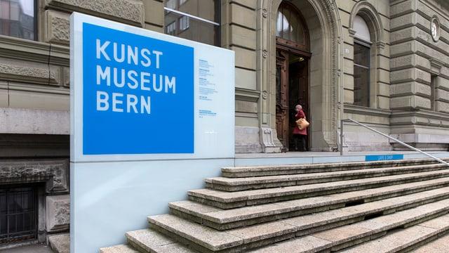 Treppe und Eingang zum Kunstmuseum Bern.