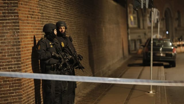 Zwei bewaffnete Polizisten bewachen die Strasse.