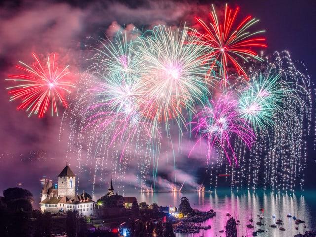 Feuerwerk über dem Thunersee.