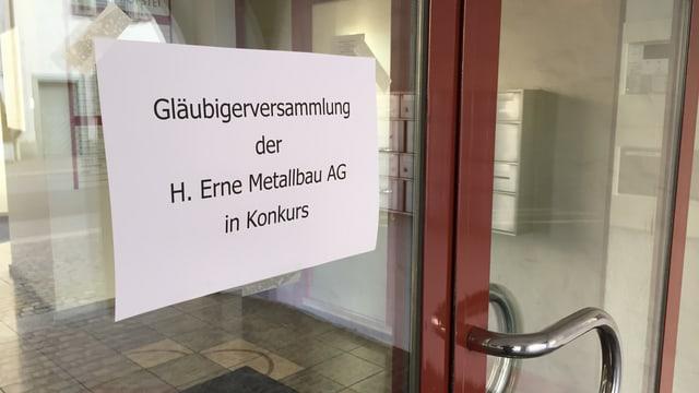 An der Eingangstüre des Gebäudes hängt ein Plakat mit der Aufschrift «Gläubigerversammlung der H. Erne Metallbau AG in Konkurs».