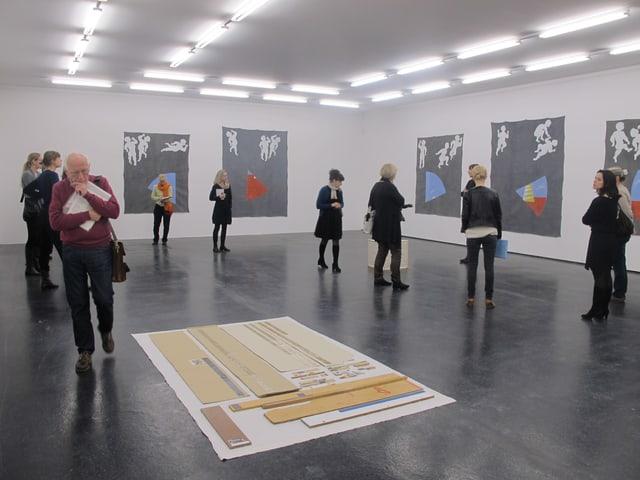 Journalisten begutachten Kunstwerke im Kunsthaus Aarau.