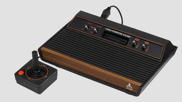 Atari Konsole aus Holz und Plastik mit Joystick