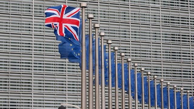 Ina bandiera da la Gronda Britannia stat dasper ca 15 bandieras da l'UE