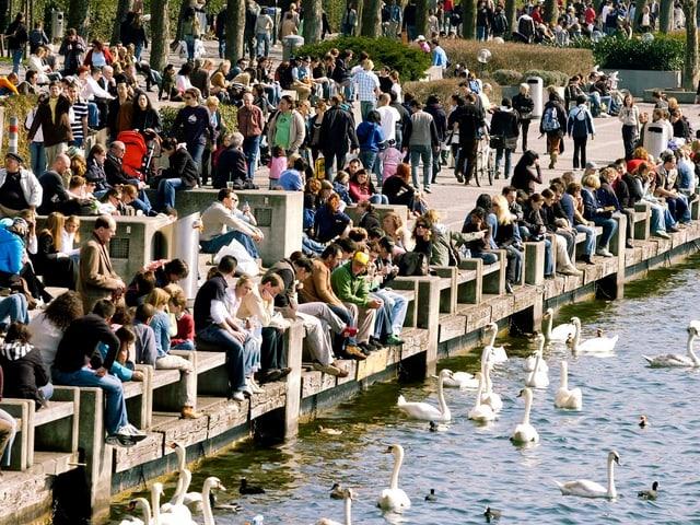 Dutzende Leute flanieren im Frühling 2013 am Zürichsee.