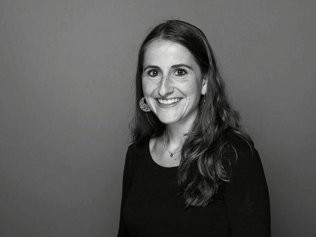 Portraitbild in schwarz-.weiss von Johanna Schmucki.