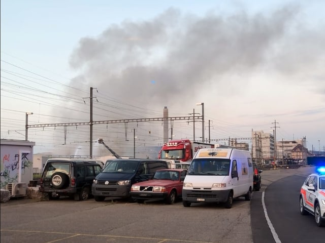 Schwarzer Rauch stieg gestern über mehrer Stunden über Pratteln auf.