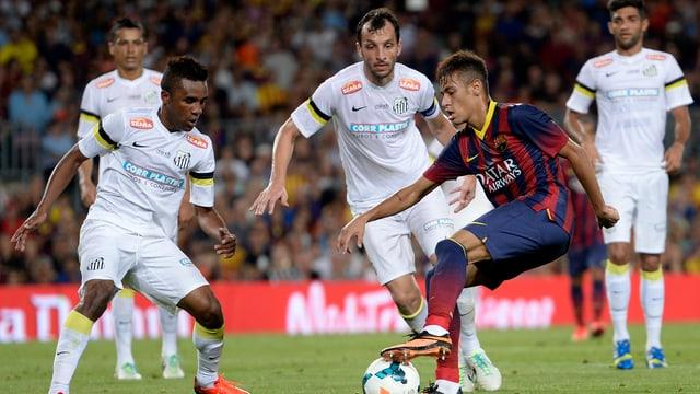 Neymar behauptet gegen seine Ex-Teamkollegen den Ball.