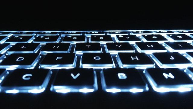 Ina tastatura d'in laptop che targlischa en il stgir.