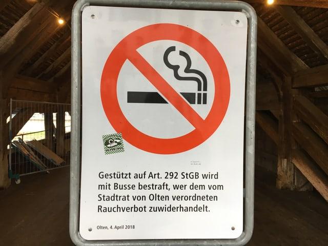 Verbotstafel für ein Rauchverbot beim Eingang der Holzbrücke.