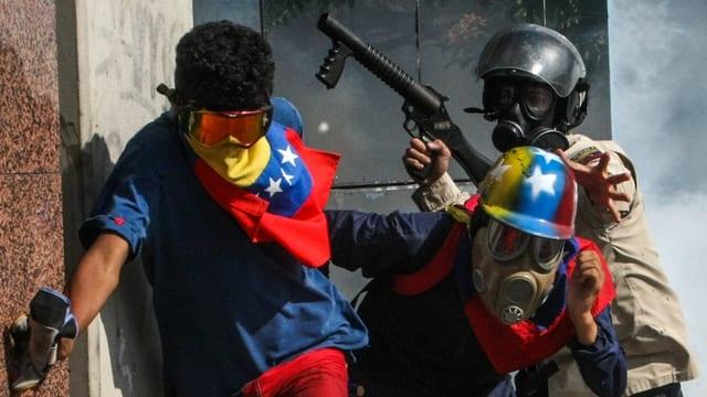 Demonstranten und Polizeikräfte liefern sich erbitterte Strassenschlachten – wie hier in Caracas.