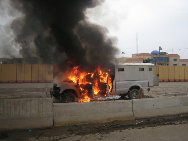 Ein brennender Gefängniswagen.