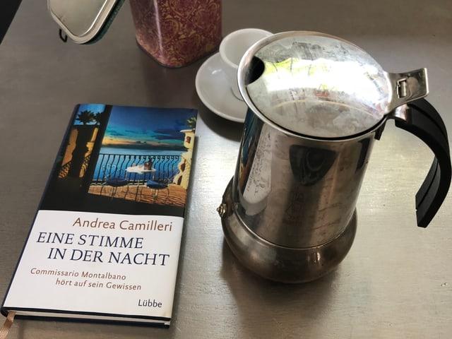 Bild mit dem Krimi «Eine Stimme in der Nacht», Espresso-Kanne und Espressotasse