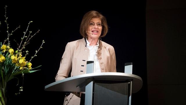 Eine Frau spricht an einem Rednerpult