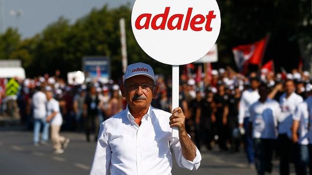 Kemal Kilicdargolu ein Schild mit dem türkischen Wort für Gerechtigkeit, «adalet».