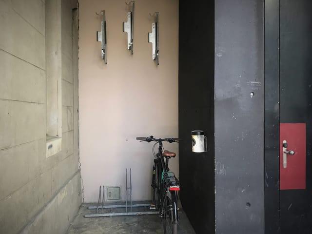 Ein Veloständer an einer frisch gestrichenen Wand beim Zürcher Schauspielhaus