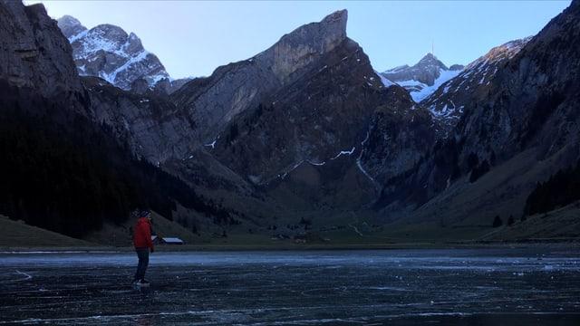 Ein Schlittschuhläufer dreht auf dem blanken Eis seine Runden. Am Horizont sieht man den Säntisgipfel.