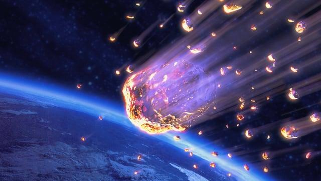 Leuchtende Klumpen bewegen sich auf die Erde zu.